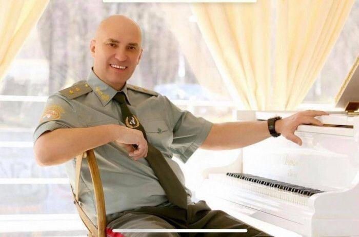 Продюсер Юрій Квеленков в образі генерала.