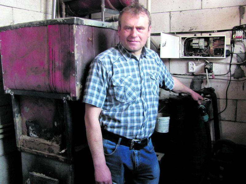 Володимир Орищук обладнав старий котел спеціальним бункером, у який засипає тирсу.
