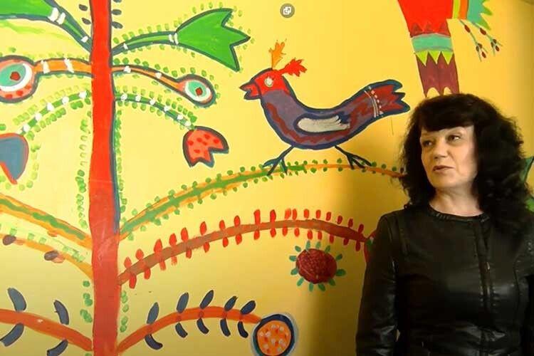 Неля Прокопчук показала нам унікальний стінопис, який створили діти разом із художницею Тетяною Мялковською.