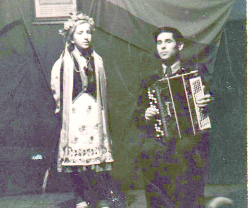 «Соловейку, рідний брате» — Володимир Данилович акомпанує своїй учениці  народну пісню.