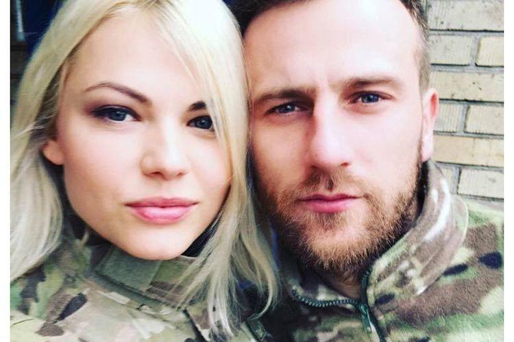 Боєць батальйону «Донбас–Україна» Віталій Аверін з позивним Авер привселюдно запропонував руку і серце своїй партнерці — акторці, співачці, волонтерці Аллі Мартинюк.