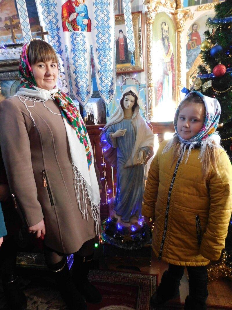 Жертводавиця Ольга Степанюк із донечкою Іриною біля Фігури Богородиці, яку привезла в сільський храм із Меджугор'я.