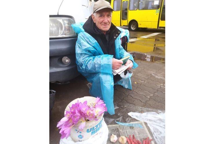 Микола Загребельний  у День людей похилого віку,  1 жовтня, зичить усім спрямовувати свої думки  на добре й таке ж гарне, як його квіти.