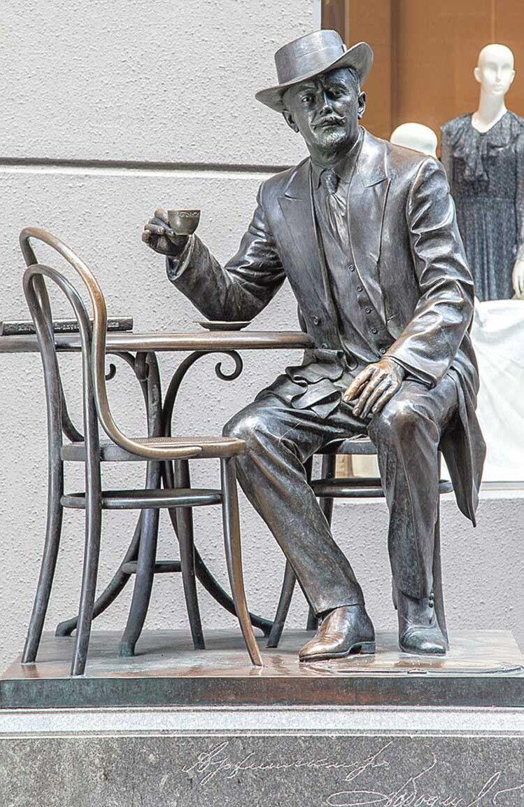 Зіславетним архітектором можна випити кави уПасажі.
