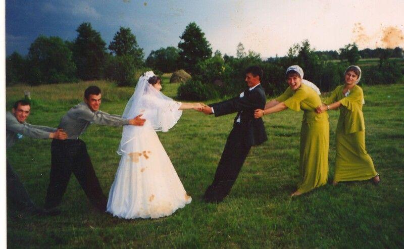 Весільні забави – хто кого переможе. А в житті по-іншому: сімейного воза треба тягнути в одному напрямку.