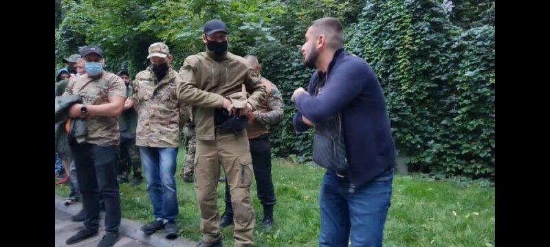 Це стопкадр відео – у чоловіка в сумці пістолет.