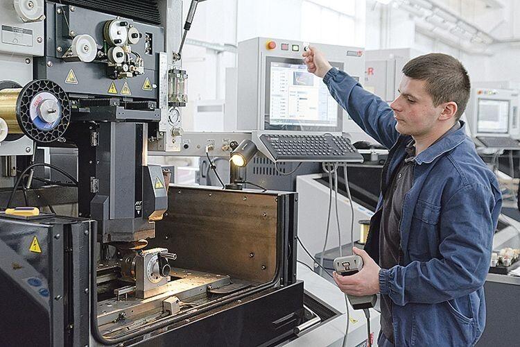 Електроерозіоніст цеху виготовлення деталей авіаційної техніки Роман Юрійович Грищук знає весь технологічний процес.