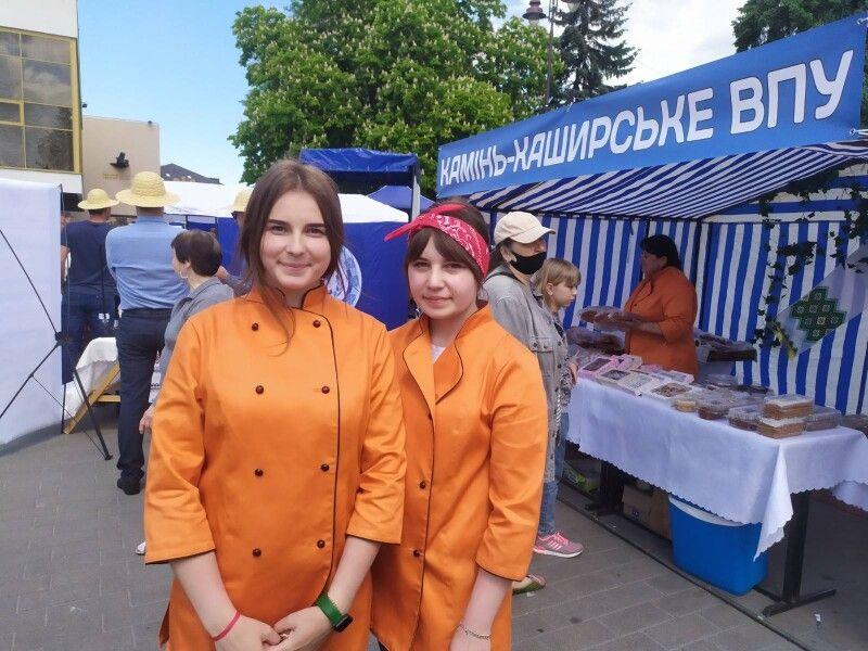 Першокурсниці Камінь-Каширського ВПУ Анна Солоха  таАнжеліка Мельник похвалилися,що уже пекли піцу насуперсучасному обладнанні.