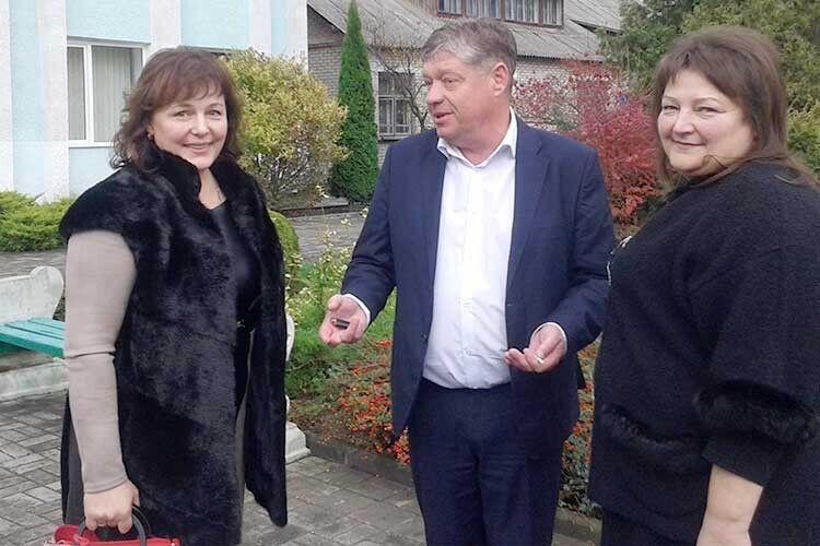 Алла Гонтар, Олександр Гурський, Олена Кашевська (зліва направо) і після сесії продовжують обговорення порушених проблем.