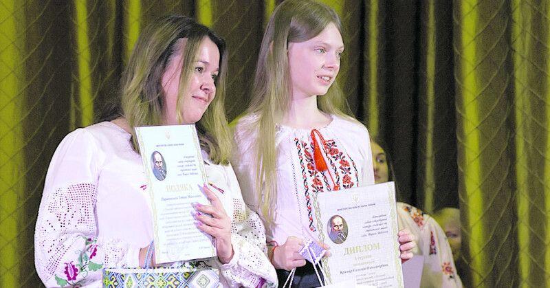 Соломійка Крамар із улюбленою вчителькою, завдяки якій третій рік поспіль виграє у Шевченківському конкурсі.