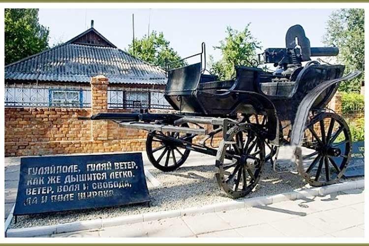 Пам'ятник бойовій підводі в Гуляйполі.