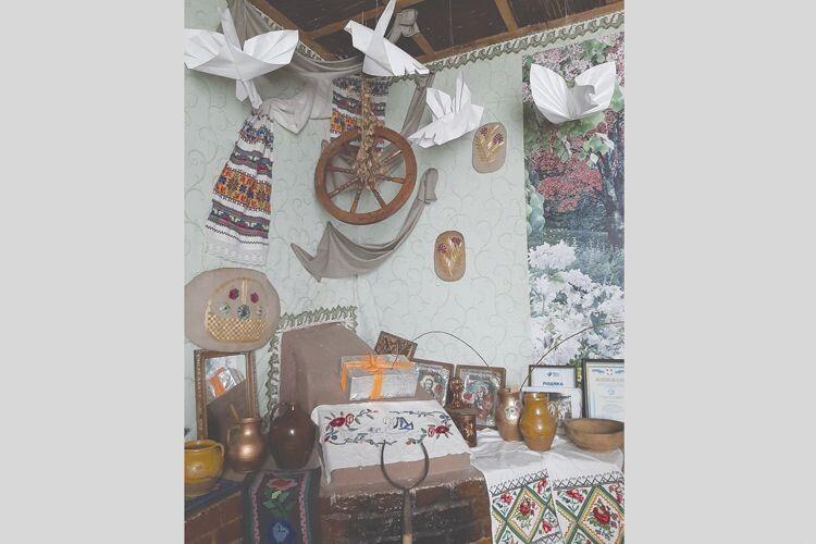У кімнаті-музеї зберігаються атрибути, без яких  не можна уявити сценічні композиції.