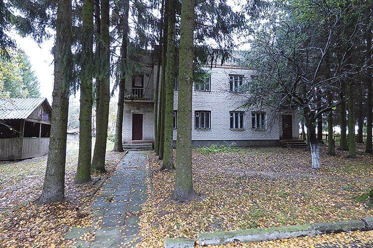 У цьому житловому будиночку на території недіючого санаторію  і сьогодні живе колишній його працівник.