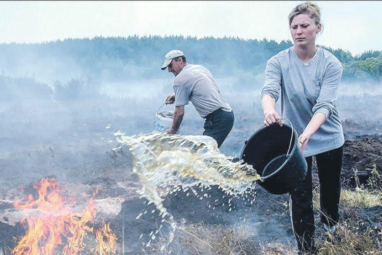 У Камінь-Каширському районі люди самі гасили пожежу на торфовищі за селом.