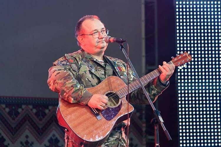 Гітару, що пройшла три революції: На граніті, Помаранчеву та Революцію гідності Айболіт втратив в Іловайську, але піснею і далі лікує душу.