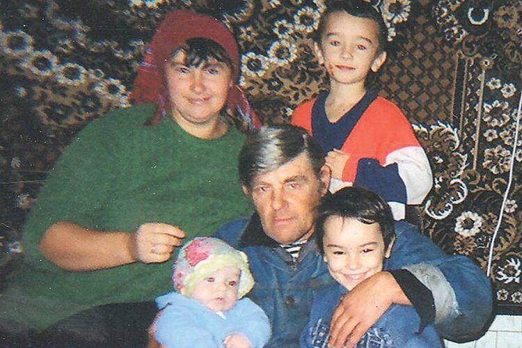 Фото, на якому в дітей ще є мама й тато...