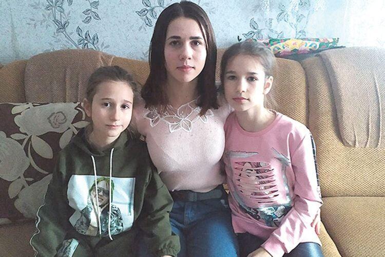 Троє доньок-школярок Марії Черевко люблять це село так же сильно,  як і їхня мама.