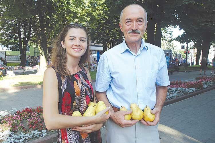 Юрій Аполінарійович іздочкою Наталією пригощали грушами родичів, друзів іжурналістів.