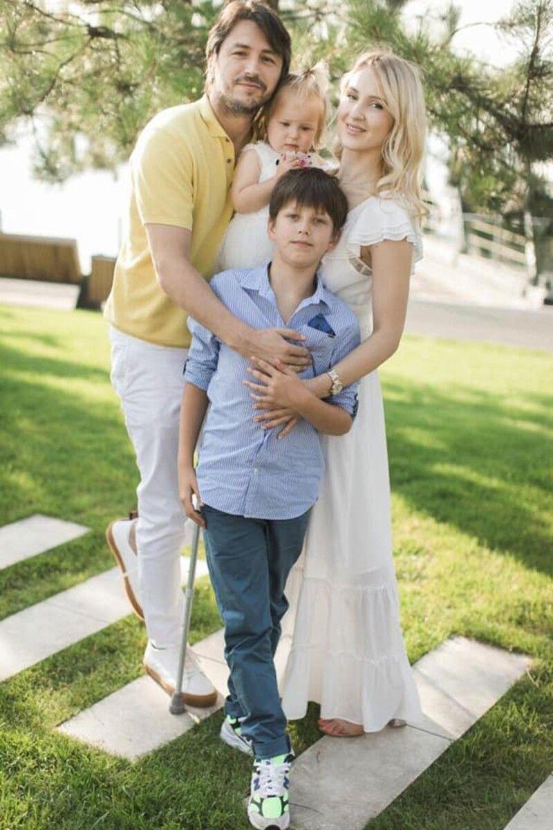 Телеведучий запевняє, що у його сина Дмитра склалися чудові стосунки з мачухою Катериною. В усякому разі на спільних фото малий і справді виглядає щасливим, а в реальному житті досить часто гостює у новій родині тата.