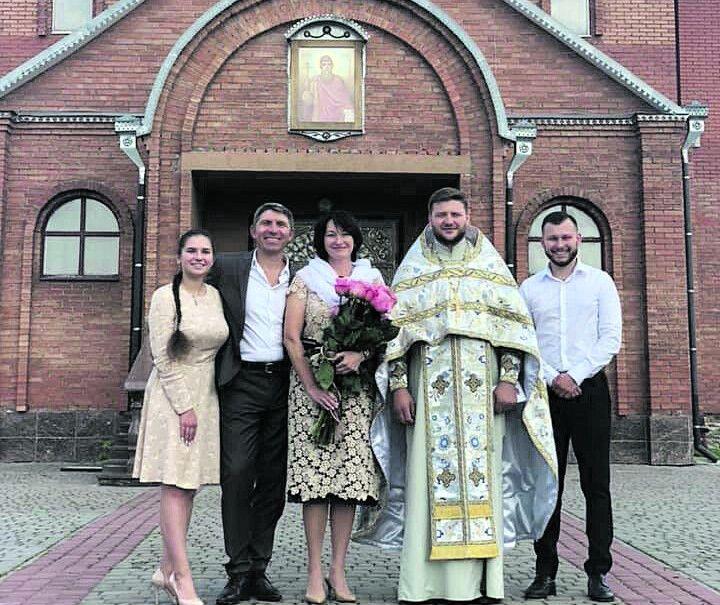 На таїнстві вінчання, яке звершував отець Юрій у храмі села Тарасове Луцького району, були присутні лише діти.
