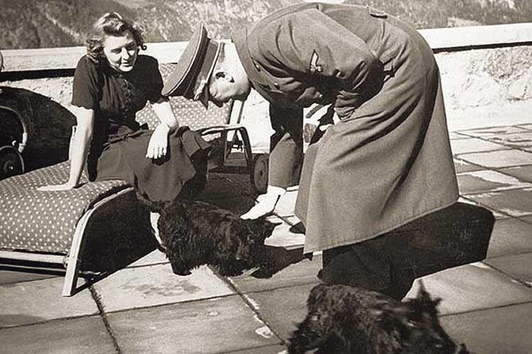 Фотограф Гофман казав, що найбільше Гітлер боявся опинитися всмішному становищі. Одного разу забракував свій знімок ізшотландським тер'єром Єви Браун. Зайого словами, великий державний діяч неміг дозволити собі фотографуватися змаленьким песиком.