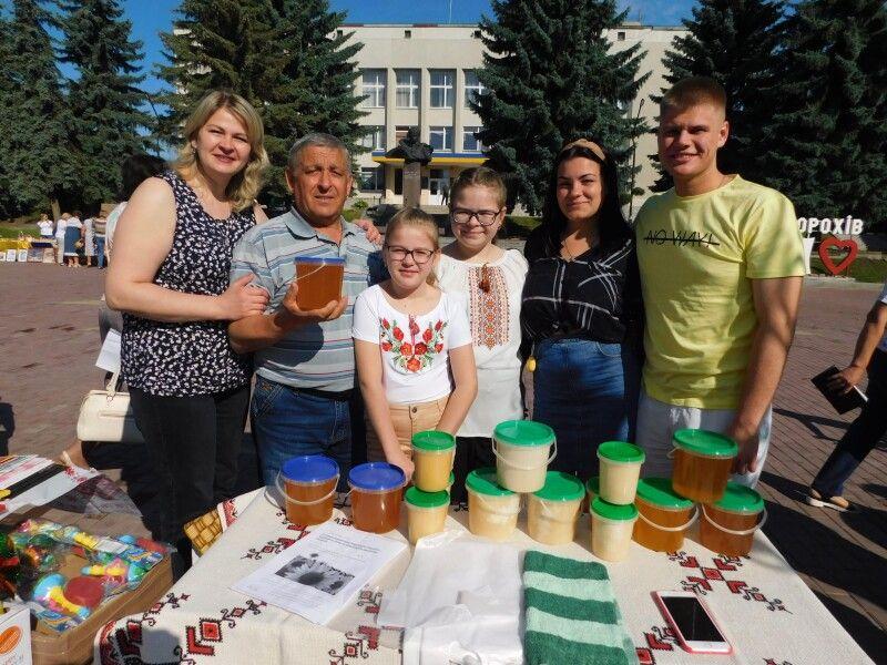 Новосілківський сільський голова Євген Пились з племінницею Надією, її доньками Аріною й Іларією, сином Дмитром і похресницею Златою.