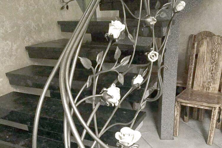 Завдяки панові Юрію  на перилах зацвіли металеві квіти.