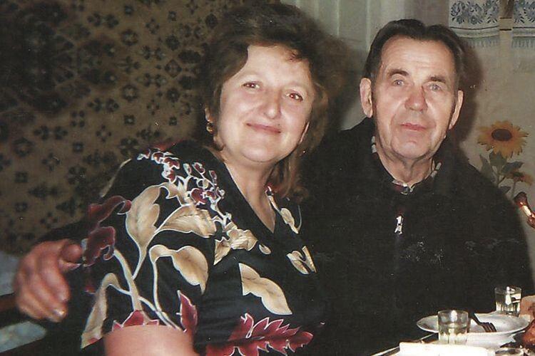 На звороті світлини – напис, зроблений Ростиславом Григоровичем:  «Я з дружиною – новорічний вечір». Вони ще на 10 років молодші...
