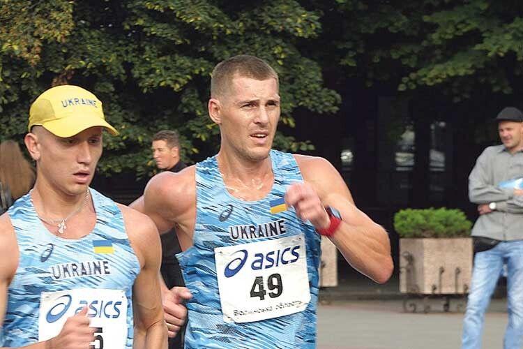 Першість у марафоні виборювали Віктор Шумік  (ліворуч) та Іван  Банзерук.