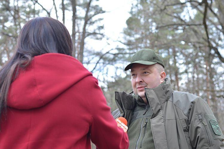 Директор ДП «Ківерцівське ЛГ» Віталій Каращук  розповідає  про ситуацію із засміченням лісів під час акції з прибирання.
