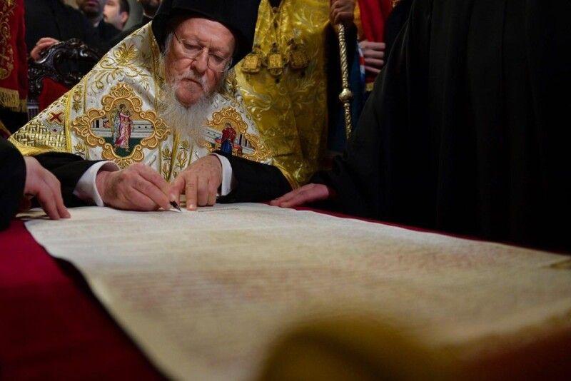 5 січня 2019 року В резиденції на Фанарі Вселенський Патріарх Варфоломій підписав Томос про автокефалію.