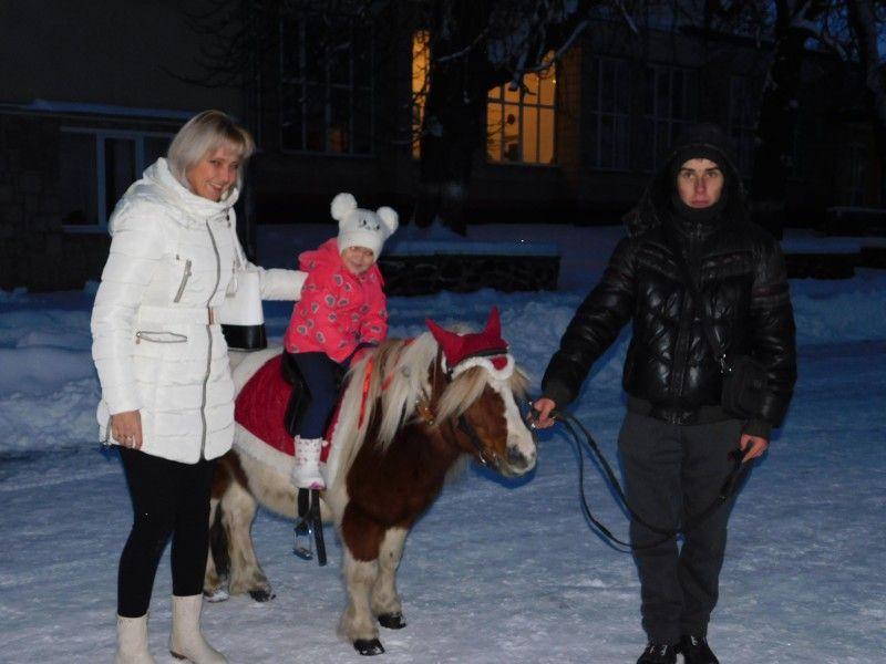 Біля ялинки у райцентрі діточок катали поні. Фото Лесі ВЛАШИНЕЦЬ.