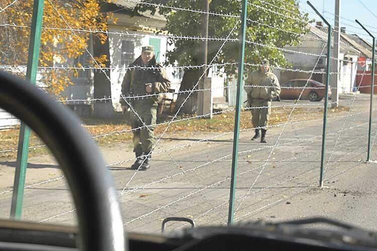 Там, деколись прогулювалися родичі тасусіди зобох країн, з'явилися озброєні прикордонники. Німісцеві жителі, ніукраїнські колеги задушевних діалогів ізними неведуть.
