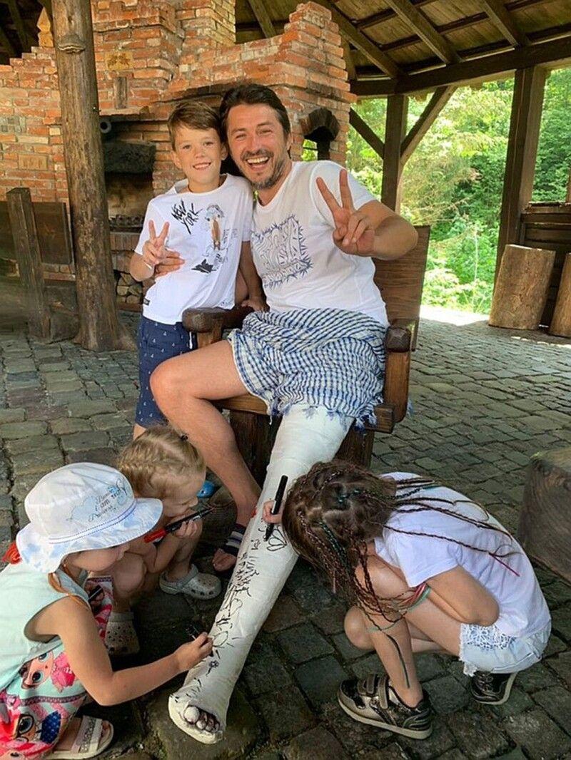 Шоумен та політик-початківець Сергій Притула вміє знайти спільну мову і з мільйонами українців, і з власними дітьми, і з коханими жінками. От що означає комунікабельність!