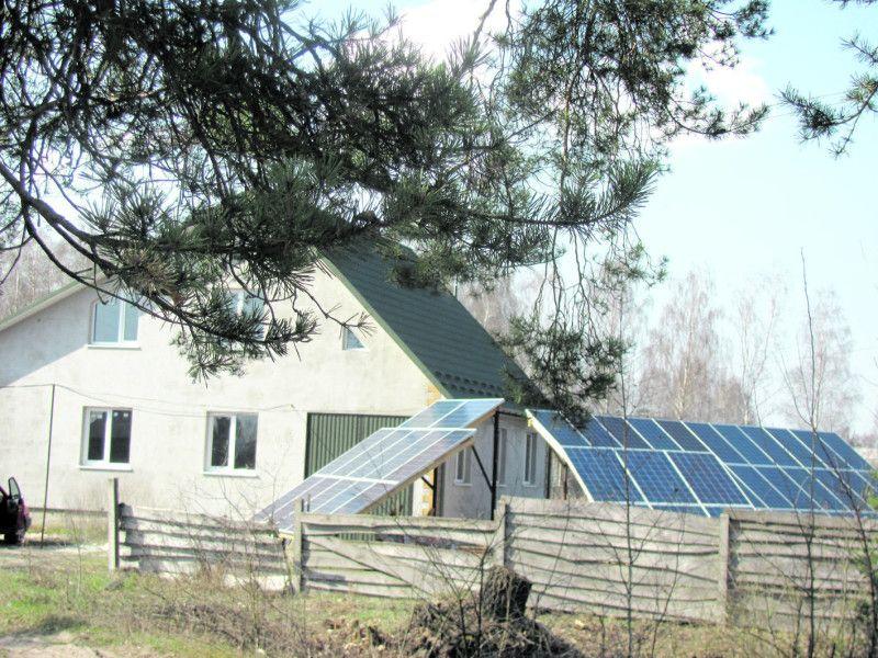 У Старостиному будинок Орищуків усіх приваблює сонячними панелями.