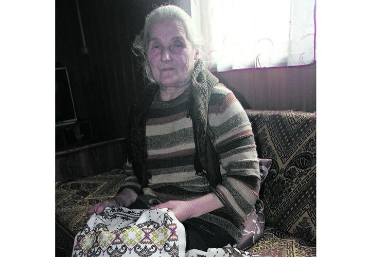 Любов Миколаївна, яка не дала внукам пропасти, ось так, за вишиванням, відпочиває.