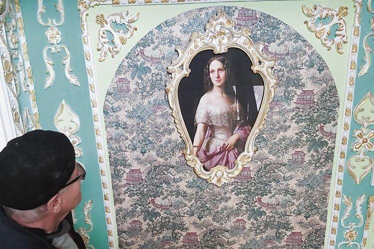 Стіни сходової клітки прикрашають репродукції полотен відомих художників.
