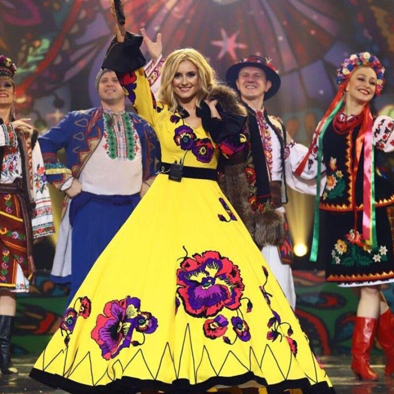 Яскраве вбрання— одна ізвізитівок співачки. Апершим їїсценічним костюмом була коротка спідничка ікофтина удрібний горошок.