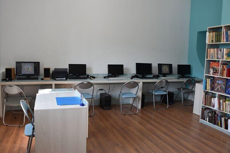 Ігрова кімната та комп'ютерний клас чекають юних відвідувачів.