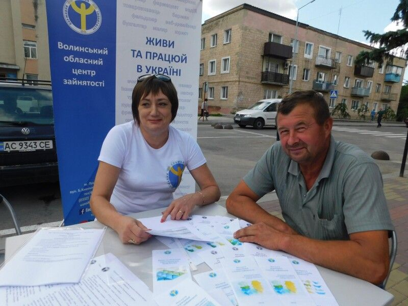 Ірина Рабінська «пропонує роботу» жителі Холонева Олегові Данилюку.