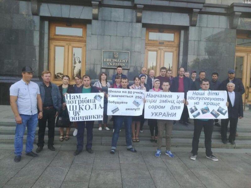 На початку навчального року жителі Стобихівки вимагали біля офісу Президента будівництва школи.