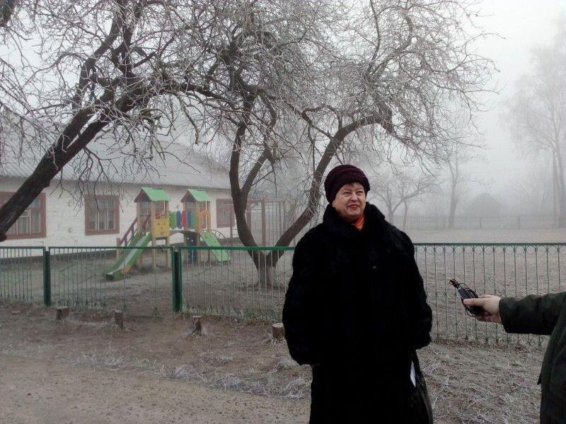 Пані директорка показує приміщення старої школи, сад і розарій.