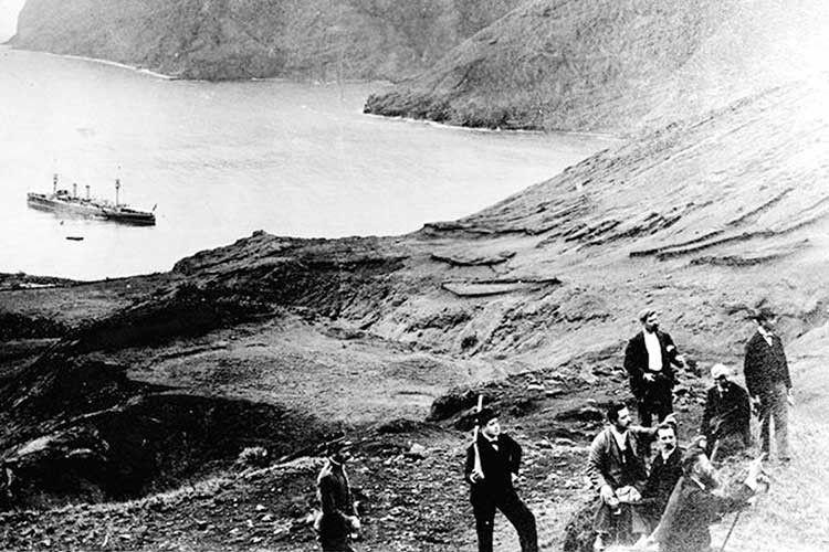 Острів набув неабиякої популярності після виходу роману Даніеля Дефо. Незважаючи на високу ціну поїздки, тури сюди і сьогодні затребувані.