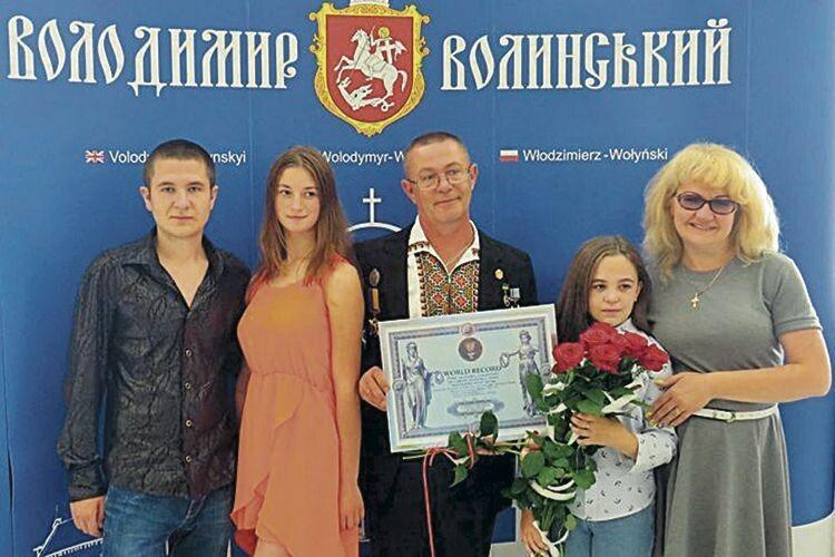 Син Дмитро з дівчиною, донька Софія й дружина Олена прийшли порадіти за знаменитого тата.