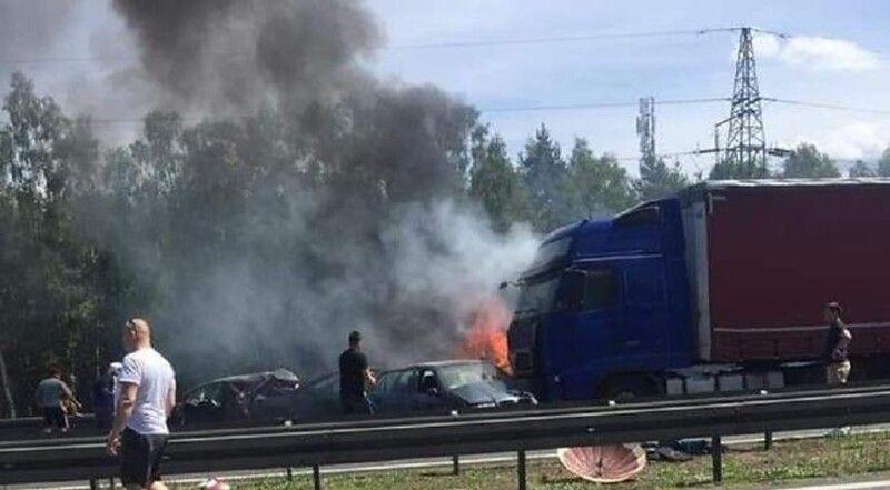 Винуватцем аварії став водій вантажівки, який не встиг загальмувати і вдарив кілька машин.