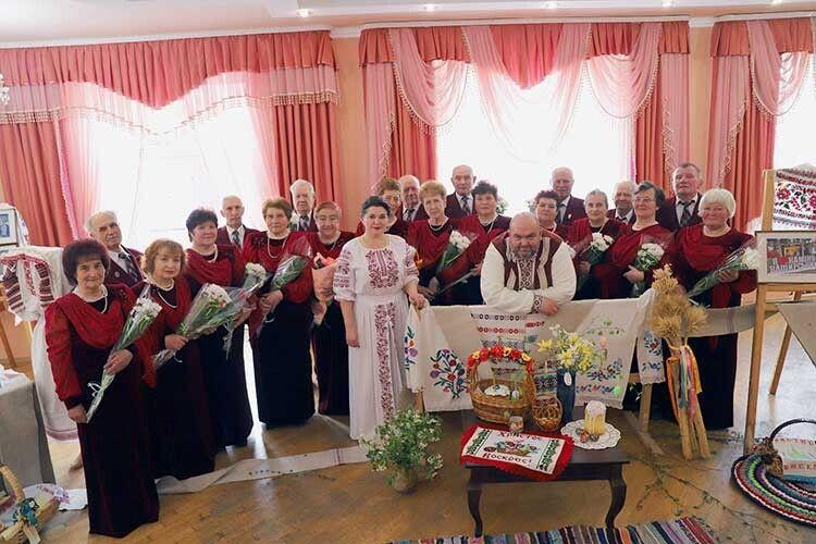 Четвертий рік колективом керує Лідія Сацик (у центрі).