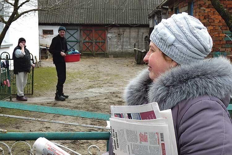 Світлана Кухарук рознести газети односельчанам намагається якнайшвидше.