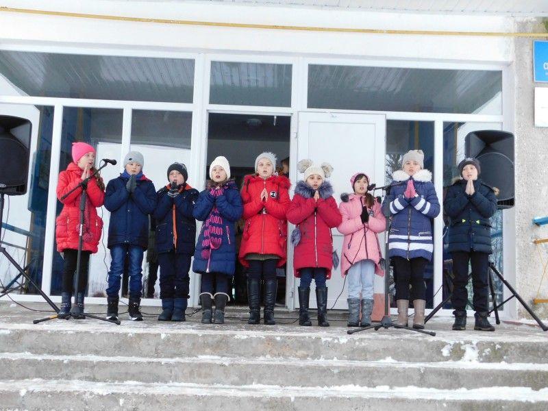 Усіх із Миколаєм вітають підберезівські діточки. Фото Лесі ВЛАШИНЕЦЬ.