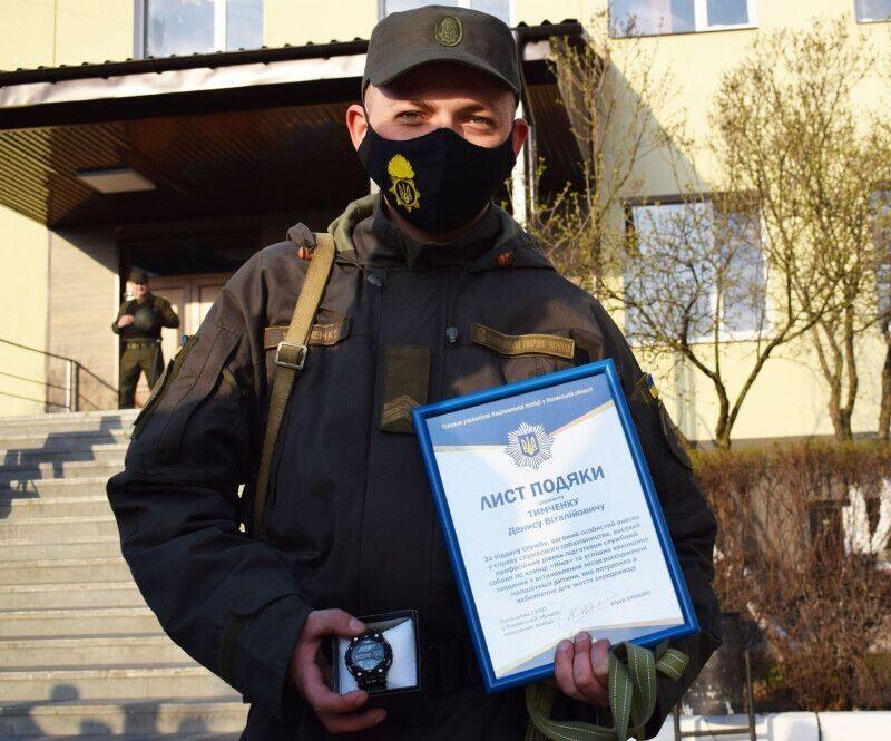 Наручний годинникотримав сьогодні кінолог військової частини 1141 НГУ сержантДенис Тимченко, а його напарниця, службова вівчаркаНіка- корм для собак.