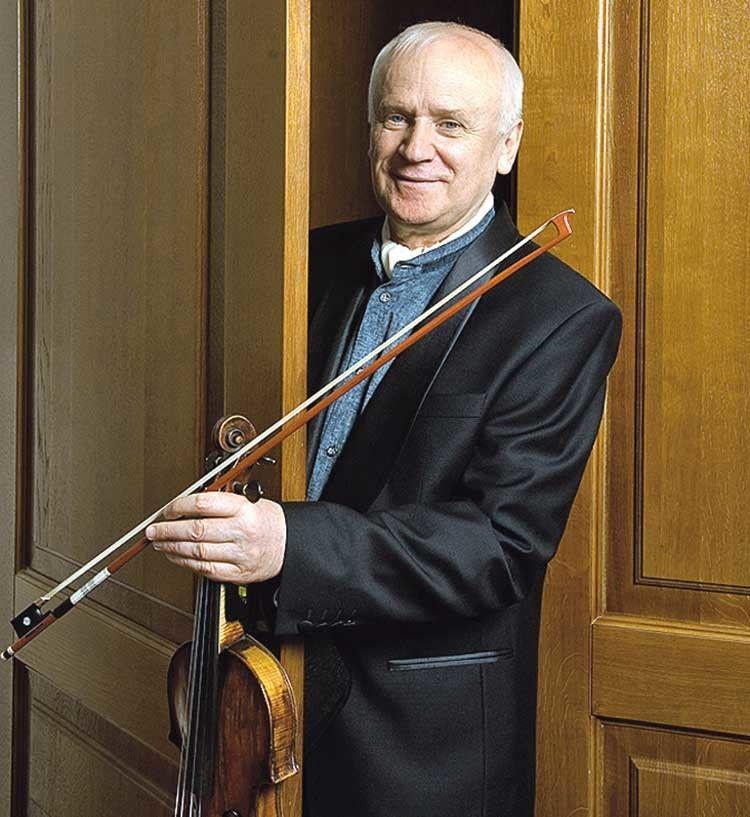 Коли в маестро заніміли пальці, він відклав скрипку і став диригентом.